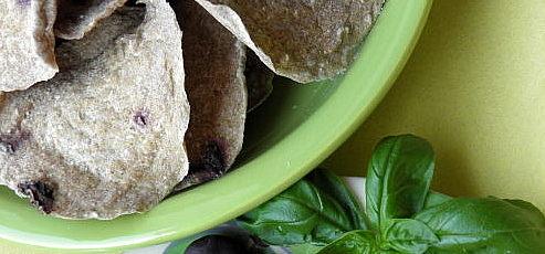 Raw ovsený chlieb sčiernymi olivami