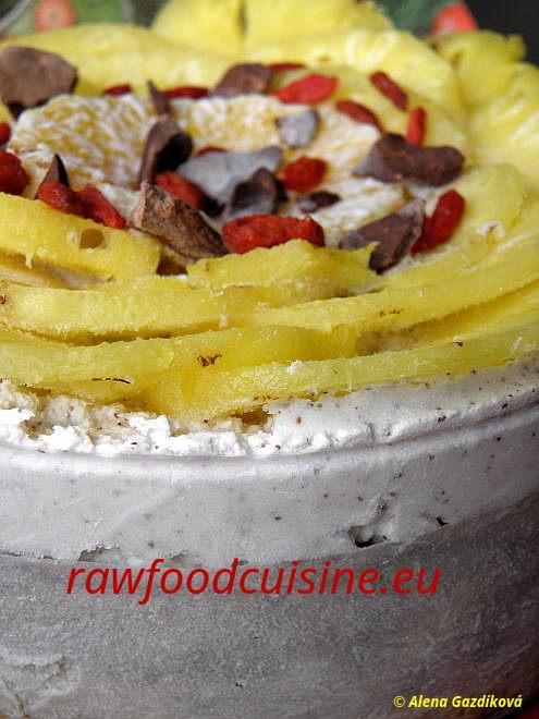Raw vegan torta ztropického ovocia skokosovou šľahačkou
