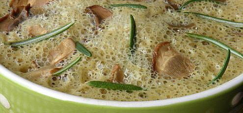 Raw krémová hríbová polievka s rozmarínom