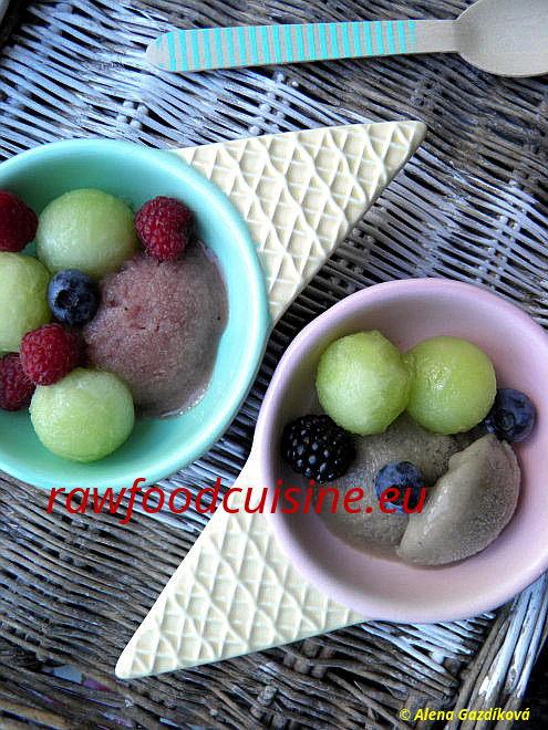 Na obrázku sú melónová avanilková zmrzlina sovocím