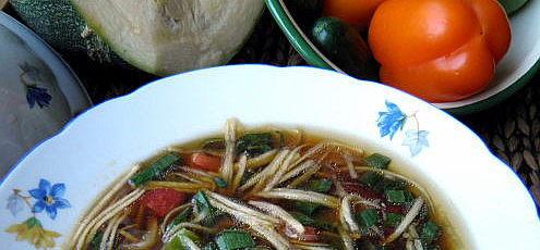 Raw letná minestrone szuketovými rezancami