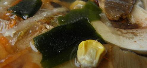 Raw vegan hríbová miso polievka so zeleninou