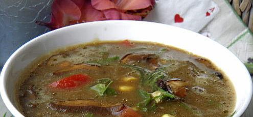 Raw vegan letná miso polievka shríbmi azáhradnou lobodou