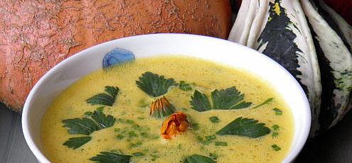 Raw vegan tekvicová Tom Yum polievka so zeleninou