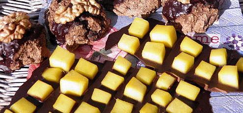 Raw vegan karobová čokoláda sčerstvým mangom