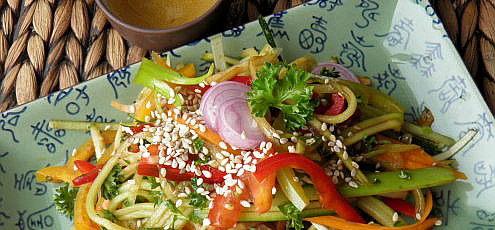Raw vegan pikantné zeleninové rezance so sezamom