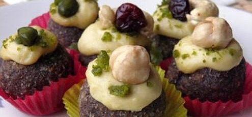 Raw vegan čokoládové guľôčky slimetkovým krémom