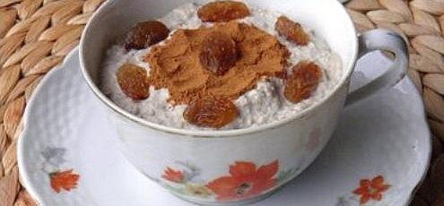 Raw vegan tvaroh zorechového mlieka shrozienkami a škoricou