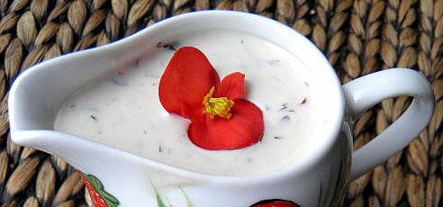 Raw vegan kešu dressing skvasenou uhorkou