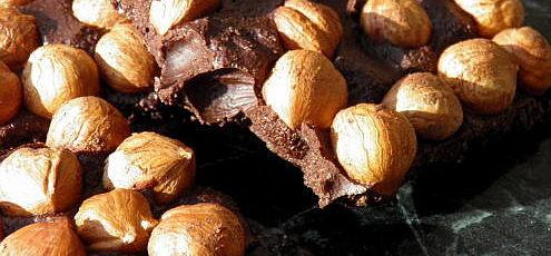 Raw vegan mliečna čokoláda slieskovými orieškami
