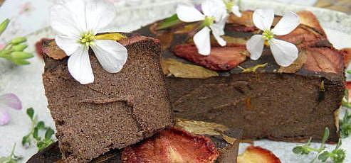 Raw vegan čerstvý syr zmodrého maku sjedlými kvetmi a jahodami