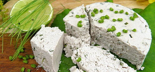 Raw vegan syr zkešu orechov aarašidov spažítkou asmyrniom